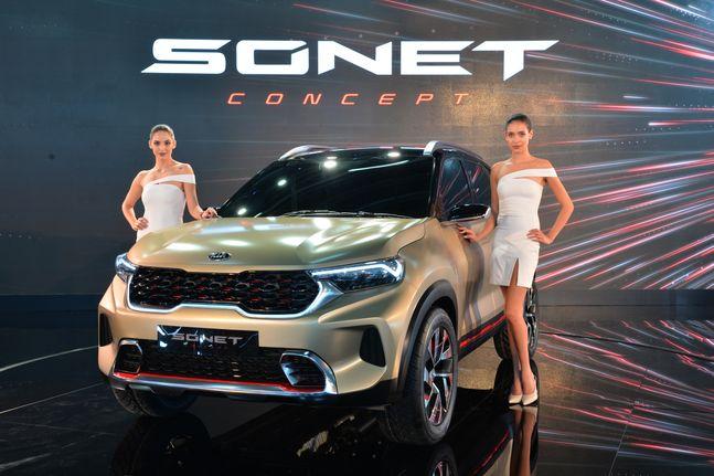 기자아동차가 5일 인도 노이다(Noida)시 인디아 엑스포 마트에서 개막한 '2020 인도 델리 오토 엑스포(델리모터쇼)'에서 소형 SUV '쏘넷(SONET) 콘셉트'를 공개하고 있다.ⓒ기아자동차