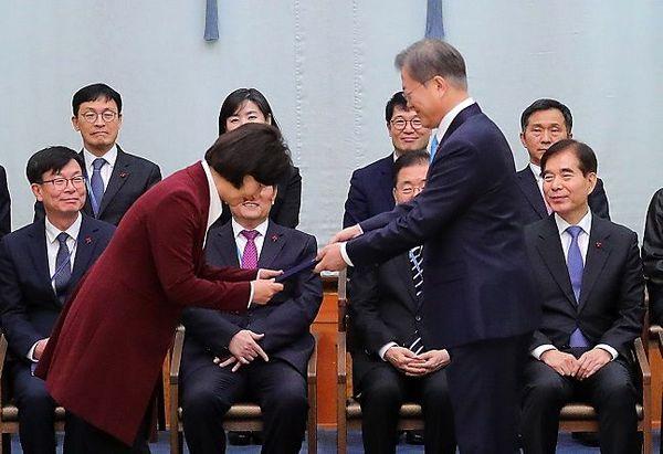 문재인 대통령이 청와대 본관에서 추미애 신임 법무부 장관에게 임명장을 수여하고 있다. ⓒ뉴시스