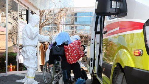 5일 오전 신종 코로나바이러스 감염증 18번 환자가 감염 음압 격리실이 마련된 광주 동구 전남대병원으로 이송되고 있다.ⓒ연합뉴스