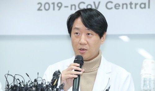 5일 오후 서울 중구 국립중앙의료원에서 2번 환자 주치의 진범식 감염내과 전문의가 퇴원 관련 기자회견을 하고 있다.ⓒ연합뉴스
