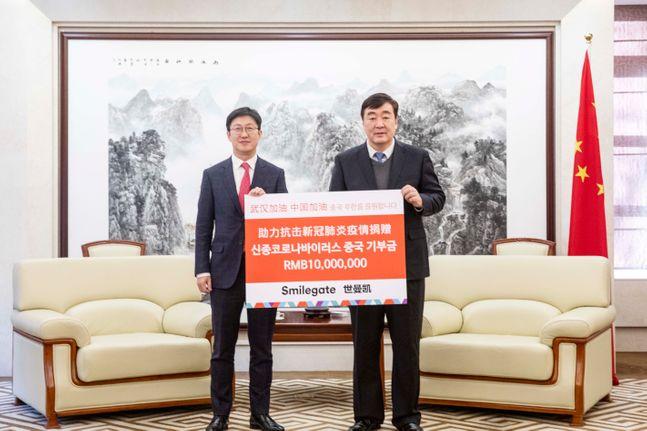 양동기 스마일게이트 대외담당 사장(왼쪽)이 5일 중국대사관에서 싱하이밍 주한 중국대사에게 신종 코로나바이러스 감염증 피해 회복을 위한 성금을 전달한 뒤 기념촬영을 하고 있다.ⓒ스마일게이트