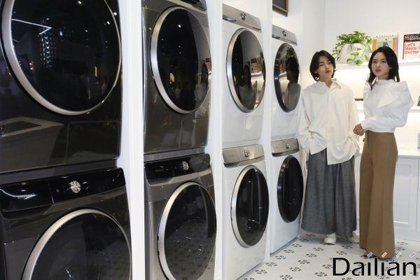 삼성전자 모델들이 지난달 29일 서울 강남구 삼성 디지털프라자 강남본점에서 열린 세탁기·건조기 신제품 '그랑데 AI' 출시 행사에서 신제품을 소개하고 있다.ⓒ데일리안 류영주 기자