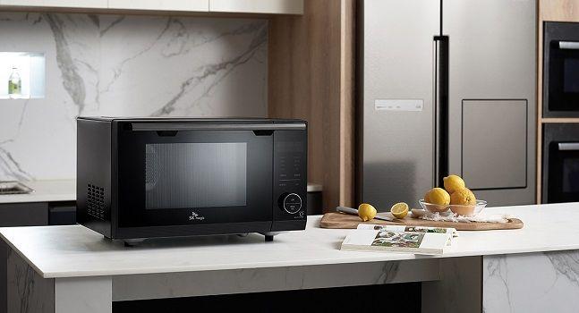 전자레인지·오븐·에어프라이 기능 결합한 SK매직 '올인원 광파오븐 레인지' 제품 연출 컷.ⓒSK매직
