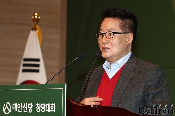 박지원 대안신당 의원이 지난 1월 12일 오후 서울 여의도 국회 의원회관에서 열린 대안신당 중앙당 창당대회에서 축사를 하고 있다. ⓒ데일리안 홍금표 기자