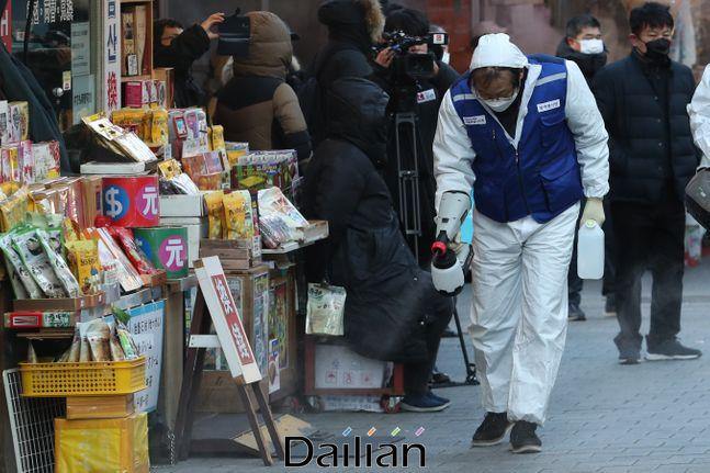 5일 오전 서울 중구 남대문시장에서 방역봉사단이 신종 코로나바이러스 감염증의 확산을 방지하기 위한 방역 작업을 하고 있다. ⓒ데일리안 류영주 기자