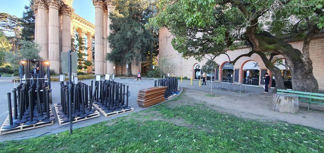 삼성전자 '갤럭시 언팩 2020'이 열리기 하루 전인 10일(현지시간) 미국 샌프란시스코 팰리스 오브 파인 아트 언팩 행사장 입구에서 지게차가 행사에 쓰일 장비를 운반하고 있다.ⓒ데일리안 김은경 기자