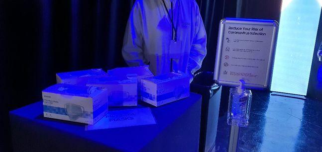 11일(현지시간) 삼성전자 '갤럭시 언팩 2020'이 열리는 미국 샌프란시스코 팰리스 오브 파인 아트 행사장 내부에 마스크가 비치돼 있다.ⓒ데일리안 김은경 기자