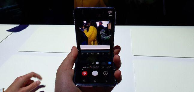 삼성전자 폴더블 스마트폰 '갤럭시Z 플립'으로 구동된 카메라 애플리케이션에서 화면을 상하 2개로 분할해주는 '플렉스 모드'가 적용된 모습.ⓒ데일리안 김은경 기자