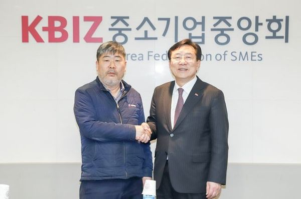김기문 중기중앙회장(오른쪽)과 김동명 한국노총 위원장ⓒ중소기업중앙회