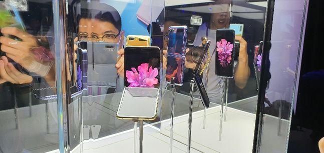 11일(현지시간) 미국 샌프란시스코 팰리스 오프 파인 아트에서 열린 삼성전자 '갤럭시 언팩 2020' 행사장에 전시된 폴더블 스마트폰 '갤럭시Z 플립'의 모습.ⓒ데일리안 김은경 기자