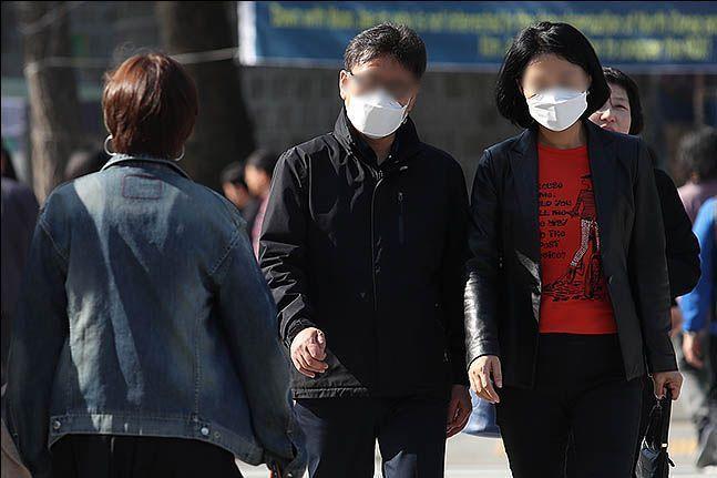 시민들이 마스크를 쓴 채 길을 걸어가고 있다.(자료사진)ⓒ데일리안 류영주 기자