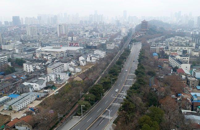 국 후베이성 우한 시내의 한 거리에 차량 통행이 거의 없어 텅 빈 모습. ⓒ뉴시스
