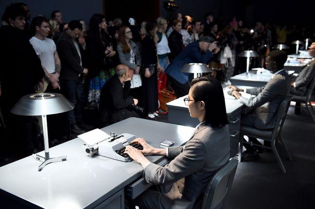 현지시간(12일) 미국 뉴욕 패션위크에서 진행된 삼성전자 폴더블 스마트폰 '갤럭시Z 플립 톰브라운 에디션' 공개 행사 사진.ⓒ삼성전자