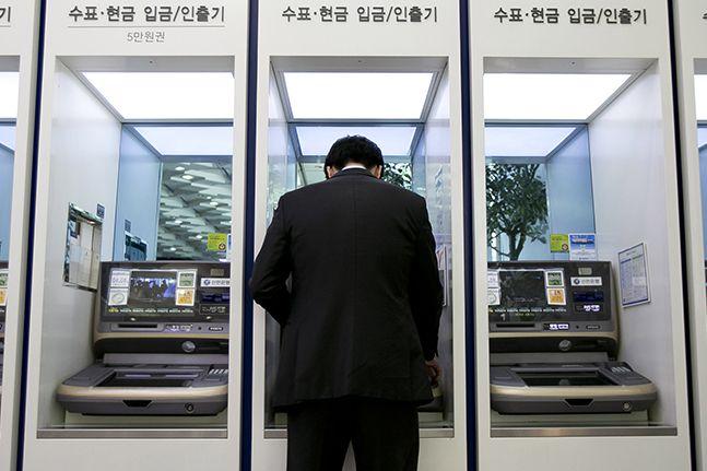 국내 은행들이 운영하고 있는 자동화기기(ATM)가 1년 새 2300개 넘게 줄어든 것으로 나타났다.ⓒ뉴시스