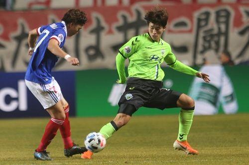 조규성이 12일 전주월드컵경기장에서 열린 2020 아시아축구연맹(AFC) 챔피언스리그 요코하마와의 경기서 상대의 공을 뺏고 있다. ⓒ 연합뉴스