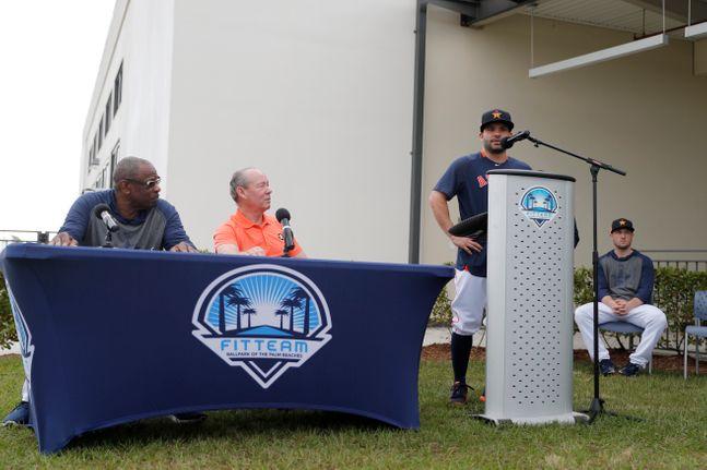 휴스턴 크레인 구단주(왼쪽 두 번째)의 적반하장식 대처로 야구팬들이 공분을 일으키고 있다. ⓒ 뉴시스