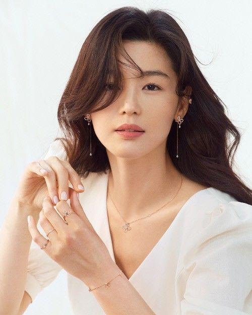 배우 전지현이 쥬얼리 화보를 통해 봄의 여신으로 변신했다. ⓒ스톤헨지
