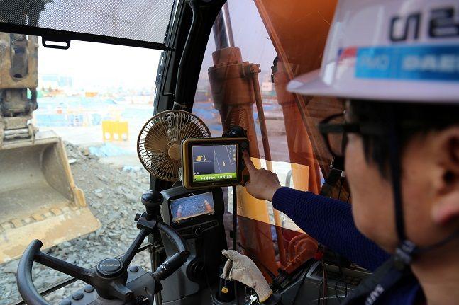 성남 'e편한세상 금빛 그랑메종' 현장에서 머신 컨트롤 장비를 장착한 굴삭기를 이용해 토목 공사를 진행하고 있다.ⓒ대림산업