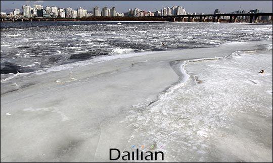 꽁꽁 얼어붙은 한강(자료사진). ⓒ데일리안 박항구 기자