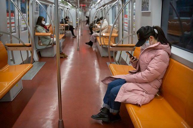 중국 베이징에서 마스크를 쓴 시민들이 출근 시간대 거의 텅 빈 상태로 운행되는 지하철을 이용하고 있다. ⓒ뉴시스