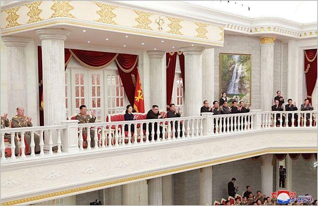 김정은 북한 국무위원장이 지난해 2월 노동당 중앙위원회 본부 별관에서 건군절 축하공연을 관람하고 있다. ⓒ조선중앙통신