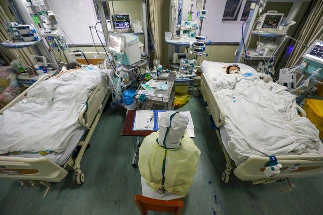 중국 후베이성 우한의 한 병원에서 6일 보호복을 입은 의료진이 코로나 19 환자들을 돌보고 있다.ⓒ뉴시스