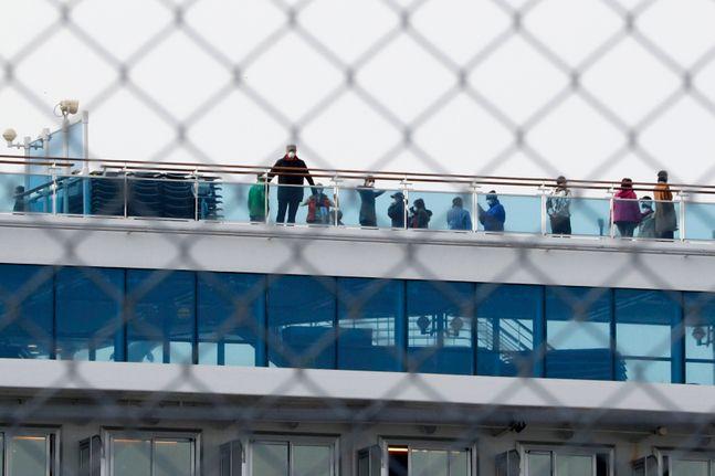 일본 도쿄 인근 요코하마항에 정박 중인 유람선 다이아몬드 프린세스호 갑판에 마스크를 쓴 승객들이 나와 있다. ⓒ뉴시스