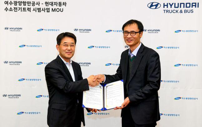 (왼쪽부터) 이인철 현대자동차 상용사업본부장과 여수광양항만공사 길인환 운영본부장의 모습ⓒ현대차