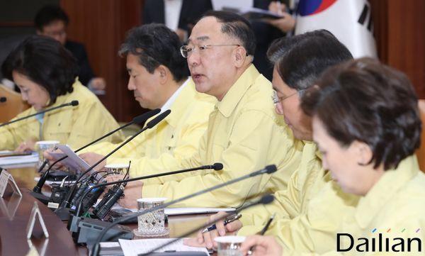 경제관계장관회의 모두발언하는 홍남기 부총리. ⓒ데일리안 류영주 기자