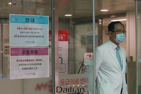 서울 중구 국립중앙의료원 선별진료실에서 마스크를 착용한 의료진이 나오는 모습(자료사진) ⓒ데일리안 홍금표 기자