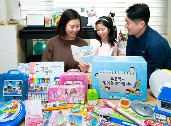 대한항공 직원부부와 자녀가 초등학교 입학을 앞두고 선물세트를 받고 즐거워하고 있다.ⓒ대한항공