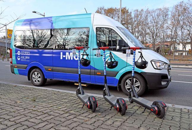 영종국제도시에서 현대차와 인천시가 공동으로 선보인 수요응답형 버스 'I-MOD'와 전동킥보드 기반의 'I-ZET' 시범서비스 모습.ⓒ현대차
