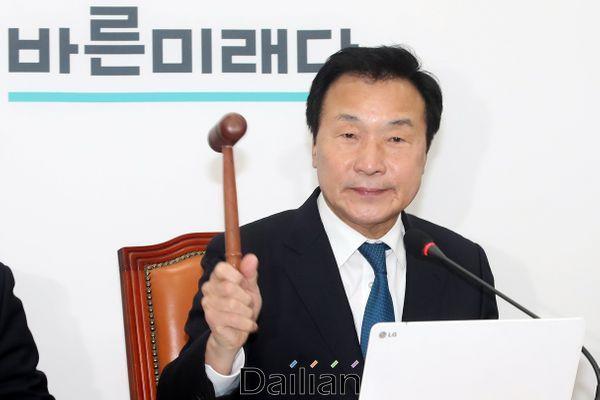 손학규 바른미래당 대표가 12일 오전 국회에서 열린 최고위원회의에서 의사봉을 두드리고 있다. ⓒ데일리안 박항구 기자