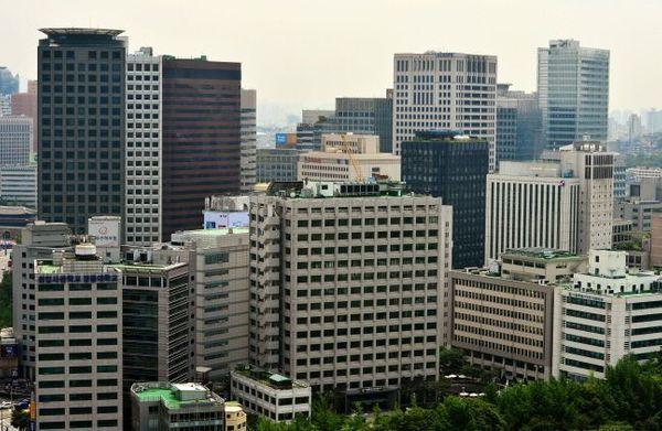 내달 주요 대기업들의 주주총회를 앞두고 오너들의 사내이사 재선임 안건이 걸린 기업들을 중심으로 관심이 높아지고 있다. 사진은 대기업 건물들이 빼곡히 들어선 서울 도심의 모습.ⓒ뉴시스