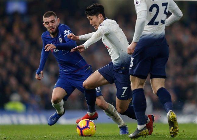 손흥민은 지난해 11월 첼시전에서 하프 라인부터 공을 잡고 드리블 해 조르지뉴와 다비드 루이스를 연달아 제친 뒤 왼발 슈팅으로 원더골을 터뜨렸다. ⓒ 뉴시스