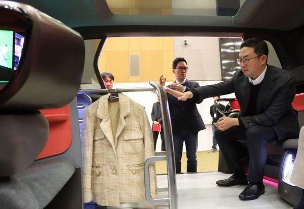 구광모 LG그룹 회장이 17일 오후 서울 서초구 LG전자 디자인경영센터를 방문해 미래형 커넥티드카 내부에 설치된 의류관리기의 고객편의성 디자인을 살펴보고 있다.ⓒLG