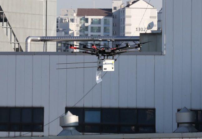 내년부터 드론실명제와 조종자 온라인 교육 강화가 실시된다. 사진은 도심 속에서 비행 중인 드론 모습. ⓒ뉴시스