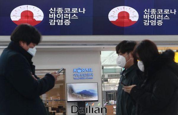 서울 용산구 서울역에서 마스크를 착용한 시민들 너머로 신종 코로나 바이러스 감염증 관련 영상이 나오고 있다.ⓒ데일리안 홍금표 기자