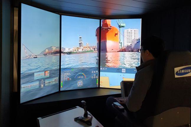 삼성중공업 선박해양연구센터(대전) 내 원격관제센터에서 거제 조선소 주변 및 장애물을 확인하는 모습ⓒ삼성중공업