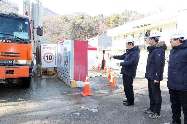 김상균 한국철도시설공단 이사장이 18일 진접선 복선전철 건설현장에서 미세먼지 대응 상황을 점검 중이다. ⓒ철도시설공단