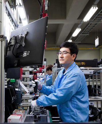 LS EV 코리아 직원들이 경기 군포시 사업장에서 에너지저장장치(ESS)용 부품을 조립하고 있다.ⓒLS전선