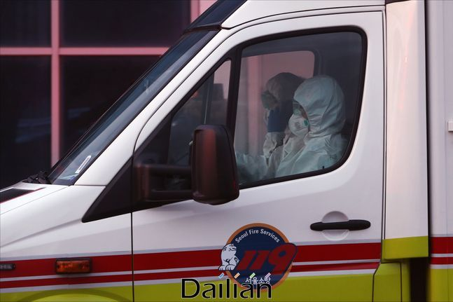 방호복을 입은 구급대원이 운전하는 구급차(자료사진). ⓒ데일리안 홍금표 기자