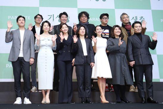봉준호 감독을 비롯한 기생충의 배우들과 관계자들이 19일 오전 서울 중구 웨스틴조선 호텔에서 열린