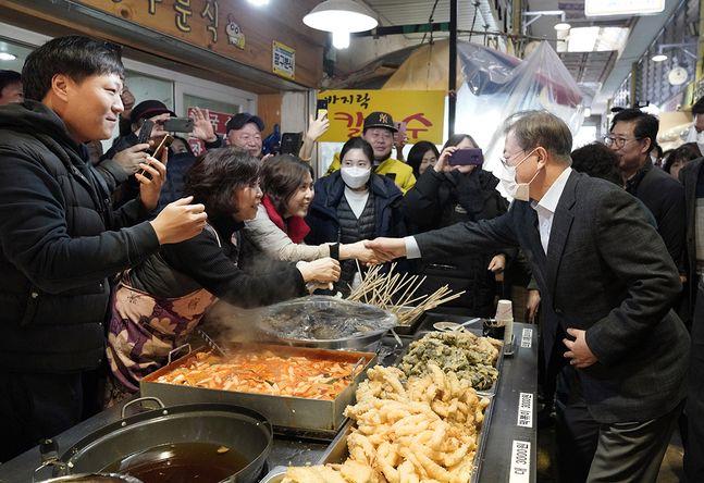 문재인 대통령이 9일 충남 아산의 한 전통시장을 방문해 상인과 인사를 나누고 있다. ⓒ청와대