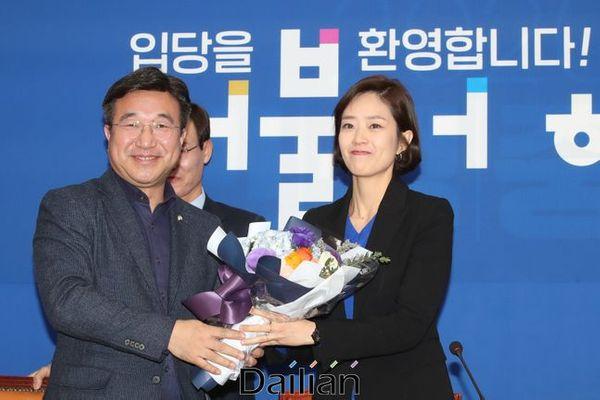 2일 오후 서울 여의도 국회에서 고민정 전 대통령비서실 대변인이 더불어민주당 입당식을 갖고 꽃다발을 받고 있다. ⓒ데일리안 류영주 기자