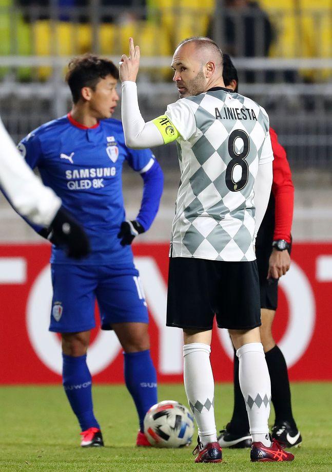 19일 오후 경기 수원월드컵경기장에서 열린 2020 아시아축구연맹 챔피언스리그(ACL) 수원 삼성과 비셀 고베의 경기서 이니에스타가 사인을 보내고 있다. ⓒ 뉴시스