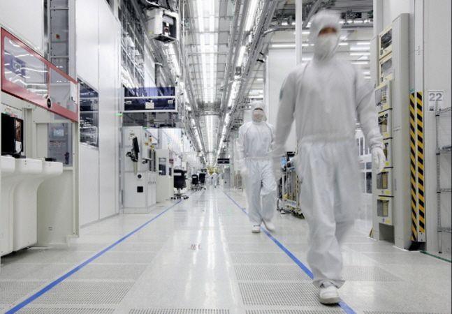 삼성전자 중국 시안 반도체 공장에서 현지 직원들이 생산라인을 살펴보고 있는 모습.ⓒ삼성전자
