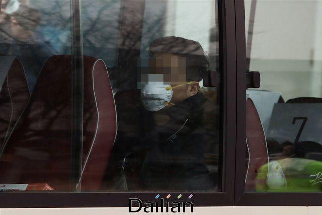 한 시민이 버스 안에서 마스크를 착용하고 있다(자료사진). ⓒ데일리안 홍금표 기자