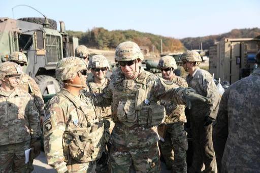 로버트 에이브럼스 사령관이 주한미군 훈련 현장을 찾아 격려하고 있다. ⓒ주한미군사 페이스북