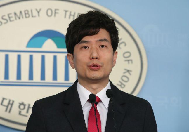 MBC 아나운서 출신의 최대현 전 펜앤드마이크 방송제작부장이 20일 국회에서 21대 총선 미래통합당 파주을 출마 기자회견을 하고 있다. ⓒ뉴시스